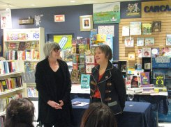 Louise Duranleau, libraire et gérante à Librairie Carcajou Duvernay et Nancy R Lange, présidente RAPPEL: Parole-Création. Photographie de Béatrice Lange