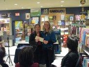 Claire Varin, présidente de la Fondation lavalloise des lettres, remet à Nancy R Lange la subvention accordée de 1500$. Photographie de Béatrice Lange
